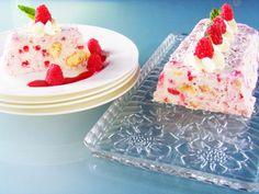 Lässt die Herzen aller Dessertfans höherschlagen! Cremiges QimiQ Classic, frischer Topfen, säuerliche Zitrone, edler Kokosnusslikör, feine Biskotten und süße Himbeeren vereinen sich zu einer köstlichen Terrine. Unbedingt nachmachen! Ice Cream, Yummy Food, Desserts, Recipes, Raspberries, Lemon, Ice, Fresh, Food Food