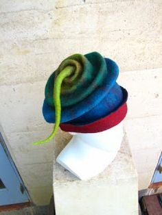 looks like the pattern for the hat in Lynadell.com