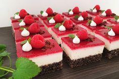 süß & luftig, frisch & leicht, fruchtig mit einer leichten Säure -> wenn ihr mich fragt .. einfach eine geniale Kombination!!! nicht nur das finde ich an dieser Torte toll, sondern auch die Farben! daher findet man die Torte auch unter dem süßen Namen Schneewittchen – Torte der Grund ? -> Weiß wie Schnee, rot wie Blut, schwarz wie Ebenholz. (; Cheesecake, Food And Drink, Snacks, Baking, Dinner, Desserts, Anna, Christmas, Food