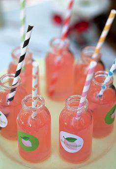 Além de refrescante, a pink lemonade enfeita a mesa, com sua cor vibrante e canudos divertidos. Ideia da decoradora Juliana Françozo