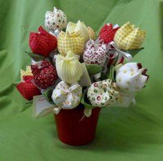 A tulipa é uma das flores mais queridas em todo o mundo. Ela expressa o amor perfeito, o luxo e o requinte. Além disso, dá charme e elegância a qualquer ambiente. Sachês tulipas - aroma Mamãe e Bebê contém 25 tulipas cores sortidas + baldinho de metal Podem ser encomendado em outras cores. Consultar diponibilidade R$ 99,90 Fabric Flowers, Biscuit, Origami, Diy And Crafts, Strawberry, Ribbon, Quilts, Fruit, Sewing
