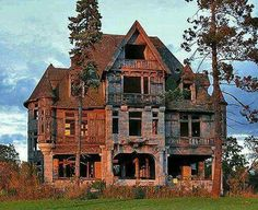 Photos of creepy Houses in America. This Photo is the Carleton Island Villa This being Halloween weekend, it's only fitting to take a peek at America's creepiest, spookiest, hair-raising listings. At the top of the charts is. Abandoned Property, Old Abandoned Houses, Abandoned Places, Abandoned Castles, Abandoned Buildings For Sale, Abandoned Ohio, Old Mansions, Abandoned Mansions, Creepy Old Houses
