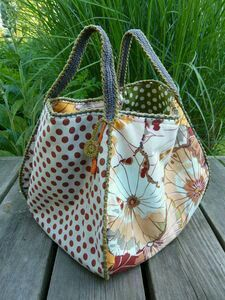 Not the tote pattern, but the fabric combos between lining, exterior, and straps caught my eye