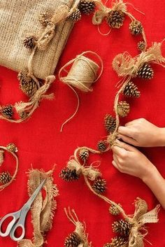 Rustic Pinecone Garland - Tie gold-painted pinecone ornaments onto a string of twine, then top each off with a burlap bow for a simple, beautiful holiday garland. Pine Cone Crafts, Xmas Crafts, Christmas Projects, Christmas Ideas, Natural Christmas Tree, Burlap Crafts, Stuff For Christmas, Xmas Tree, How To Decorate For Christmas