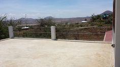 De eigenaar van dit terras wilde blijven genieten van zijn uitzicht. En maakt hierbij gebruik van staalkabels voor zijn afrastering.
