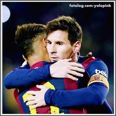 FCB 5 - 0 Elche : Ontem o Barça enfrentou o Elche no Camp nou pela Copa do rei, e venceu por 5 x 0, apesar de não mostrar um bom futebol, mas no fim o resultado é sempre o que interessa. Leo foi super ovacionado pela torcida, que gritava o seu nome a todo instante, uma forma de motivá-lo a permanecer no clube, e de mostrarem que na guerra Leo vs Luis Enrique, eles estão do lado do meu ídolo. Luis Enrique ontem não foi audacioso, escalou logo o ...