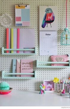 Solch eine farbenfrohe Idee mit kleinen Wandregalen #kreativbereich
