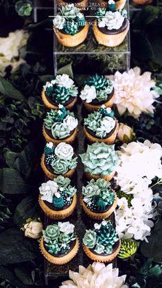 The making of : succulent dessert garden by Bijou's Sweet Treats wedding cake studio. The making of : succulent dessert garden by Bijou's Sweet Treats wedding cake studio. Cupcakes Succulents, Kaktus Cupcakes, Garden Cupcakes, Cake Decorating Piping, Cake Decorating Videos, Cake Decorating Techniques, Succulent Wedding Cakes, Indian Cake, Cactus Cake