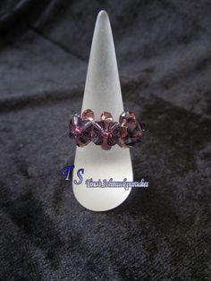 Ring aus Glasschliffperlen und Rocailles in der Farbe Beere