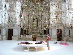 Instalación de los artistas suizos Gerda Steiner y Jörg Lenzlinger  en la iglesia de San Stae en el Gran Canal con motivo de la 50th Bienal de Venecia en el año 2003.