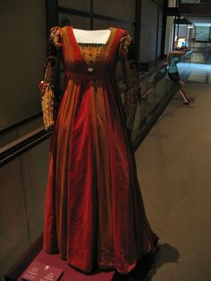 Zeffirelli's 1968 Romeo and Juliet - red renaissance-style gown, on display in Pisa museum Renaissance Mode, Renaissance Costume, Renaissance Dresses, Medieval Costume, Renaissance Fashion, Medieval Dress, Medieval Clothing, Historical Clothing, Italian Renaissance
