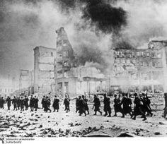 "Stalingrad, Red Army reinforcements, winter 1942.  Quelle: Bildarchiv Preussischer Kulturbesitz.  Major Wassili Belugin (308. Schützendivision der 62. Armee): Stalingrad ""reminded me of the description of hell in Dante's 'Divina Comedia'""."