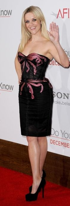 Who made  Reese Witherspoon's strapless bow dress and black pumps that she wore in Los Angeles in December 13, 2010?