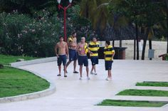 Los jugadores de Boca en la zona de la pileta, en pleno Caribe (MARCELO GENLOTE)