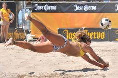 good dig Beach Volleyball Girls, Volleyball Photos, Female Volleyball Players, Volleyball Outfits, Women Volleyball, Beach Girls, Olympic Gymnastics, Olympic Games, Sports Stars