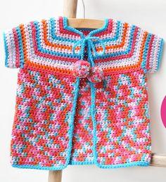 Een gratis Nederlands haakpatroon van een babyvestje in leuke lentekleuren. Wil jij ook dit leuke babyvestje haken? Lees dan verder over het patroon.