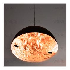 La Stchu-Moon 02 Ø60cm est une superbe suspension imaginée en 1997 par le célèbre designer Enzo Catellani pour Catellani & Smith qui nous transporte dans un univers féérique et poétique.  Inspirée d'un paysage lunaire, la Stchu-Moon est une suspension contemporaine et luxueuse grâce aux matériaux précieux utilisés.