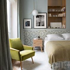 There is no limit to the beauty that can be created at home with wallpaper. Want to update the mood in the room, add style or elegance, completely change ✌Pufikhomes - source of home inspiration Bedroom Inspo, Home Bedroom, Master Bedroom, Apartment Interior, Apartment Design, Beautiful Bedrooms, Beautiful Interiors, Mid-century Modern, European House