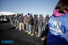 Un'operatrice #UNHCR fornisce assistenza ai migranti appena sbarcati nel porto di #Augusta, in attesa di essere traferiti in luoghi più idonei.  UNHCR/F. Malavolta www.unhcr.it