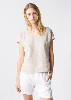 Diese leicht verkürzte Bluse im T-Shirt-Style verfügt über einen weiteren Rundhalsausschnitt sowie einen überschnittenem Arm. Der Style wurde aus einer modernen, überfärbten Leinenqualität gefertigt, die durch das spezielle Färbeverfahren. Garment Dyed einen tollen Effekt erhält aus 100% Leinen....
