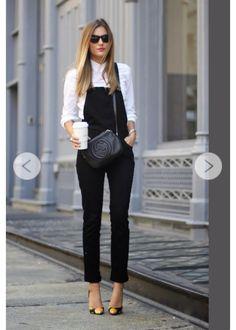 Produção PB linda com camisa branca e jardineira preta. Acessórios básicos complementam este visual básico em estilo casual chic!