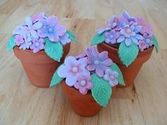 Flowerpot Cupcakes with video tutorial Mini Cakes, Cupcake Cakes, Afternoon Tea Cakes, Dessert Decoration, Decorations, Food Artists, Cupcake Heaven, Cake Craft, Love Cupcakes
