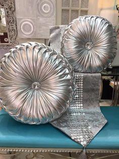 caminos de mesa y cojines en color plata en www.virginia-esber.es
