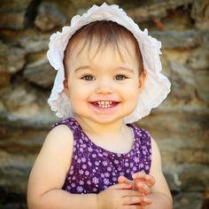 Portrait photo enfant d'une petite fille très souriante. Photographe Pierre Marion, Saint-étienne.