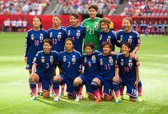 女子サッカーW杯カナダ大会・グループC、日本対スイス。試合前の写真撮影に臨む日本代表(2015年6月8日撮影)。(c)AFP/Getty Images/Rich Lam ▼9Jun2015AFP|宮間のPKで日本がスイスに勝利、女子サッカーW杯 http://www.afpbb.com/articles/-/3051099 #2015_FIFA_Womens_World_Cup #Japan_womens_national_football_team