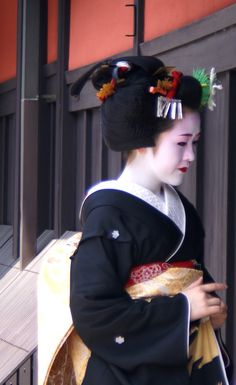 Wakana began wearing the Sakkou coiffure, which means her Erikae is almost upon us.  Another photographer said that this is her first day wearing the Sakkou, so she should have her erikae in two weeks.