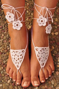 Crochet Barefoot Sandals- Great Accessory for Beach, Wedding or Summer Anklets Crochet Sandals, Crochet Shoes, Barefoot Sandals Pattern, Ankle Jewelry, Bare Foot Sandals, Beach Sandals, Crochet Accessories, Kind Mode, Anklets