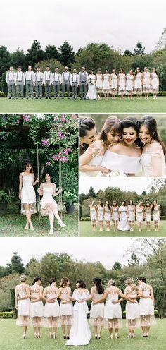 Madrinhas com o mesmo vestido branco em casamento ao ar livre.