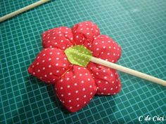C de Cici: PAP - Peso para Porta: Florzinhas Material Flowers, Fabric Flowers, Sewing Projects, Projects To Try, Fabric Animals, Door Stop, Flower Shape, Embroidery Art, Pin Cushions