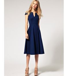 I have a feeling midi dresses like this will dominate my workplace wardrobe -- whatever it is that I'll work as. // ASOS Fit and Flare Midi Dress with V Neck Pretty Outfits, Pretty Dresses, Beautiful Dresses, Cute Outfits, Fit And Flare, Meeting Outfit, Outfits Mujer, Mode Inspiration, Mode Style