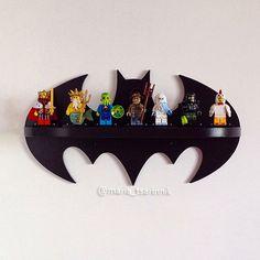 Regal Batman   ABMESSUNGEN: Höhe - 165 mm (6,5 Zoll) Breite - 300 mm (11,8 Zoll) Tiefe - 70 mm (2,8 Zoll)  Wenn Sie eine andere Größe oder Farbe benötigen, kann ich es tun))  Ideal für Kinder oder Fans von Comic-Figuren. Sie können es zum Beispiel an der Wand hängen. Es macht auch ein schönes Geschenk.  # Regal wird ohne eine LEGO verkauft #