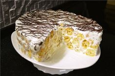 Очень простой в изготовлении тортик, который смогут приготовить абсолютно все. Но! не смотря на всю простоту и незамысловатость рецепта, торт получается достаточно вкусным и в нашей семье съедается очень быстро. Единственный минус этого тортика в том, что его практически невозможно красиво разрезать