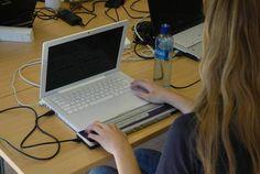 Illustrasjonsbilde av en jente som sitter foran en laptop med leselist.