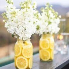Erfrischende Dekoration der Blumenvasen - einfach Zitronen- oder Orangenscheiben ins Wasser geben und in die Mitte den Blumenstrauß :)