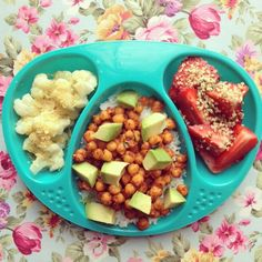 Toddler dinner! Pizza Chickpeas (recipe from @naturallyfamily) with Rice & Avocado, Noochy Cauliflower & Strawberries with Hemp Seeds #vegan #veganbaby #vegankids #whatvegankidseat