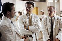 11 mei 2012: Gefopt. Foto: Leonardo DiCaprio als Frank Abagnale Jr. in Catch Me If You Can, waarin hij als persoonsverwisselaar iedereen overtuigend fopt; met Johnathan Brent als Dr. Ashland (R) en Shane Edelman als Dr. Harris (L)