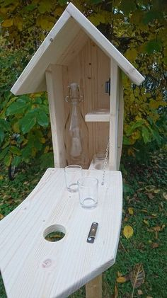Mit vier Schnapsgläsern und 1 Liter … Nice birdhouse with special content. With four shot glasses and 1 liter glass bottle. Made from untreated spruce glued wood by hand. Wine Bottle Rack, Wine Bottle Crafts, Wine Rack Cabinet, Vinyl Blinds, Wine Carrier, Wood Wine Racks, Creative Box, Diy Bird Feeder, Wood Plans