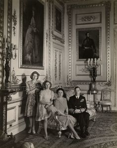 Photograph of, from left to right, Princess Elizabeth, later Queen Elizabeth II Princess Margaret Queen Elizabeth, later Queen Elizabeth The Queen Mother and King George VI George Vi, Casa Real, Hm The Queen, Queen Mary, Lady Elizabeth, Estilo Real, Princess Margaret, Margaret Rose, Isabel Ii