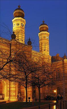 De grote synagoge van Boedapest. Dit is de grootste synagoge van Hongarije en Europa. Het is de op één na grootste synagoge ter wereld. De grootste staat in New York. Lees meer op: http://www.boedapest-hongarije.nl/over-boedapest/grote-synagoge/