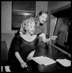 """21 Août 1952 / Marilyn enregistre à l'émission de radio """"Statement in full"""" sur la station NBC,  un spécial """"Hollywood Star Playhouse"""" en différé. On lui fait visiter les locaux de la station qui se trouve à Manhattan,  New York, et on lui montre le fonctionnement de l'enregistrement d'une émission, avec toutes les techniques et matériels utilisés. Quand à l'émission, elle sera diffusée sur les ondes dix jours plus tard, le 31 août."""