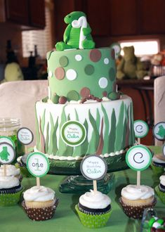 tarta-cocodrilo-cupcakes  http://www.pequeocio.com/ideas-cumpleanos-tematico-cocodrilos/