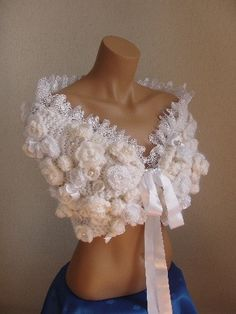 Tämä on uskomattoman kaunis Crochet Cape, Crochet Scarves, Knit Crochet, Crochet Shawls And Wraps, Form Crochet, Knit Fashion, Wedding Gowns, Knitwear, Bridesmaid Dresses