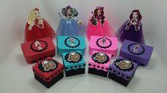 Kit de lembrancinhas para festa, tema Ever After High, composto por 48 itens, conforme descrito abaixo: <br>16 maletas, confeccionados em papel 180 gramas, na medida 9x6x3; <br>16 caixas, confeccionados em papel 180 gramas, na medida de 6x6x4,5cm; <br>16 tubetes decorados com tule. <br>Todos os itens são decorados com papel de scrap 180 gramas. <br>Todos os produtos podem ser vendidos separadamente. <br>Pode ser produzido em outras cores e temas.