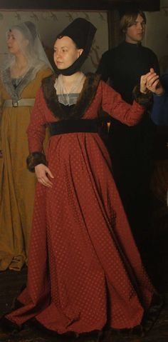 Anneke van deme Boerne  A detailed account of 1460-1480 Burgundian Gown.  The outfit consists of: shift, drawers, hose, shoes, pattens, kirtle, placket, gown, partlet, belt, headband and hennin.