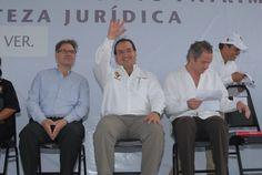 """A su llegada a la entrega de escrituras de viviendas del conjunto habitacional """"Arboledas San Miguel"""", el gobernador Javier Duarte de Ochoa donde fue recibido entre aplausos y ovaciones"""