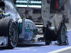 Mercedes-Pilot Lewis Hamilton kommt in Silverstone mit einem zerfetzten Hinterreifen an die Box. (Foto: Nigel Roddis/dpa)